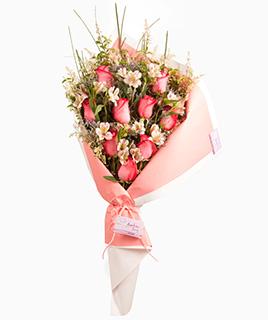 Ramo abierto de rosas y alstroemerias